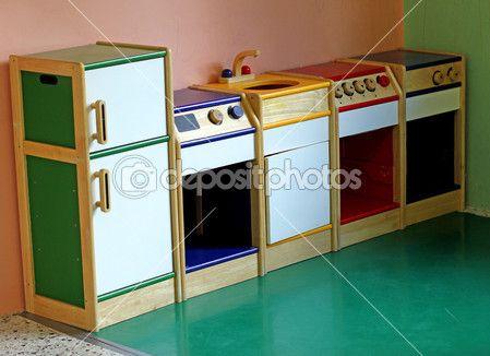 cocina de juguete de madera para jugar y divertir a los nios de una guardera u