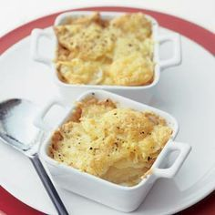 Eénpersoons aardappelgratins, recept uit Allerhande 13 2009: aardappelen, geraspte belegen kaas, knoflook en slagroom. 4 personen   Bereiden: 20 minuten   Wachten: 50 minuten   Vegetarisch