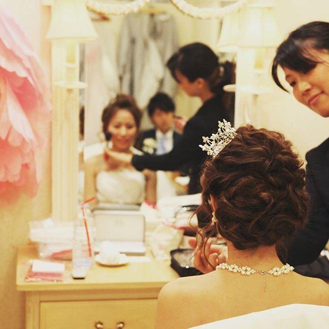 お支度シーンpart2 今考えるとヘアスタイルの写真 とか撮るの忘れてた これくらいしかない… ショックやー 撮っといてくれたカメラマンさんに 感謝です。 * #ウェディングドレス#wedding #お支度#メイクシーン#ヘアスタイル #ウェディングヘアー#アップスタイル #クラウン#可愛い #カメラマンさんに感謝 #ウェディングニュース