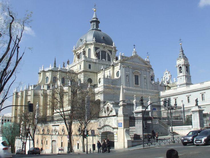 La catedral de la Almudena en la Plaza de la Armería del Palacio Real de Madrid - Buscar con Google