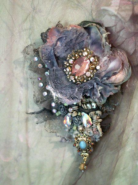 Broche baroque, broche brodé et perlé, techniques mixtes