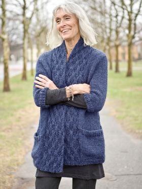 Жакет спицами с коротким рукавом и карманами