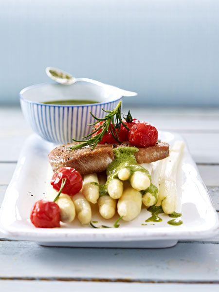 Thunfischsteaks auf Spargel mit Bärlauchsoße und im Ofen geschmorten Tomaten