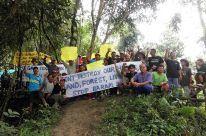Indigene protestieren mit Bannern im Regenwald von Sarawak gegen den Baram-Staudamm