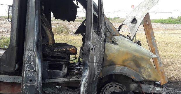 Se incendia camioneta frente al hotel de Yunes Linares - http://www.esnoticiaveracruz.com/se-incendia-camioneta-frente-al-hotel-de-yunes-linares/