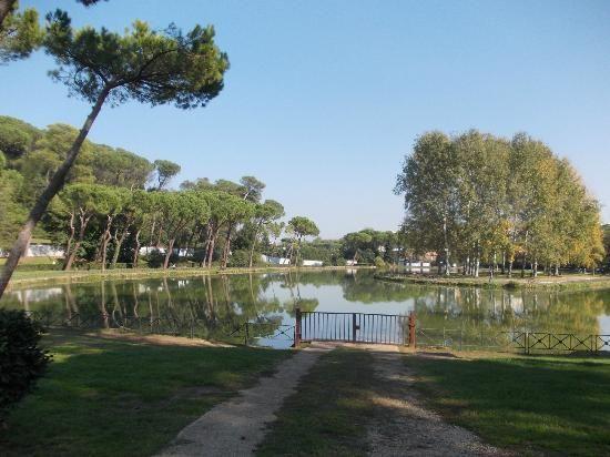 Villa Ada in Rom –   Wer wirklich Ruhe sucht und richtig durchatmen will, sollte die Villa Ada im Stadtteil Parioli besuchen. Hier kann man auf riesigen Wiesen im Schatten von Pinienbäumen chillen, über Waldwege laufen oder mit dem Ruderboot über einen kleinen See schippern.