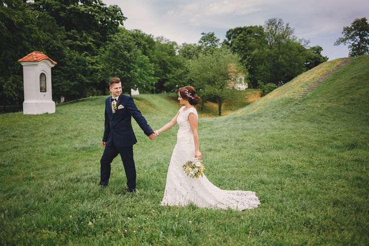 Dobrý deň,  posielam Vám svadobné fotky z našej svadby. Je to troška o neskorene, ale možno Vás tie fotky potešia, pretože ste mi/nám prispeli k tomu aby ten deň bol niečim výnimočným!  Popravde? Zopakovala by som si tento deň..s tými šatami som sa ťažko lúčila. Sú neskutočne krásne a to ako mi sedeli, bolo Vašou záslohou!  Posielam Vám veľké ĎAKUJEM, za všetko, čo ste pri skúškach a generálke museli absolovať so mnou. Máte veľkú trpezlivosť, ktorú obdivujem.  Šaty mali úspech, všetkým sa…