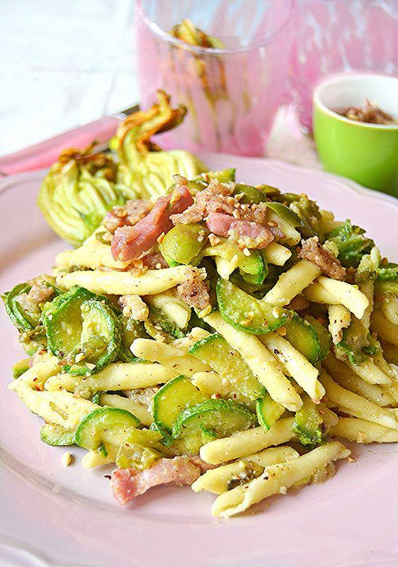 casarecce con pancetta,zucchine,olive e pesto alle noccioe