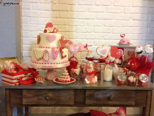 http://www.lemienozze.it/gallerie/torte-nuziali-foto/img36138.html Tavolo dei dolci con torta nuziale, tutto sui toni del rosso.
