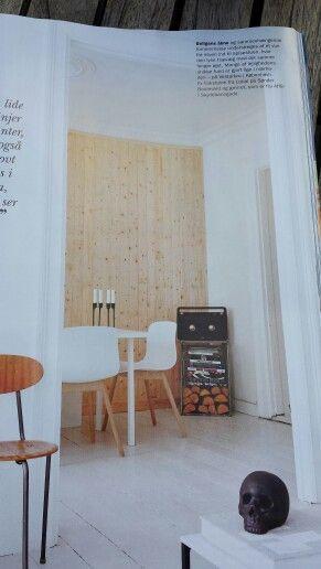 Beklæd en væg med brædder i træ. skaber en hyggelig atmosfære og ...