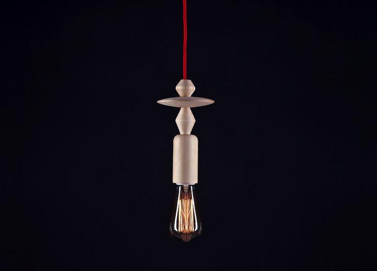 Lampa Totem. Wykonana z drewna bukowego, toczonego w tradycyjnych warsztatach stolarskich. Zawiesie wykonane z kabla w oplocie tekstylnym Color Cable Lamp. Żarówka: Epic Light – Łezka. HOP DESIGN