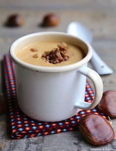 Velouté Butternut Châtaignes Pour 8 personnes : 60 g de beurre 1 bocal de châtaignes entières à sec sous vide de 420 g 1 courge butternut (750 g de cubes après épluchage) 1 oignon 1 cube de bouillon de légumes (ou volaille) 1 litre de lait 1/2 écrémé