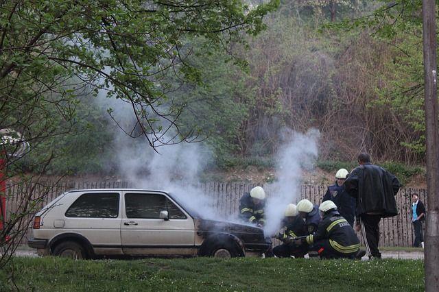Kecelakaan atau tabrakan mobil bisa menjadi traumatis dan menakutkan bagi semua pihak yang terlibat. Meski gugup dan terguncang, ada beberapa hal yang perlu anda lakukan saat menghadapi situasi seperti ini. Dari melaporkan kecelakaan tersebut untuk mencari pertolongan medis, berikut adalah daftar hal yang harus