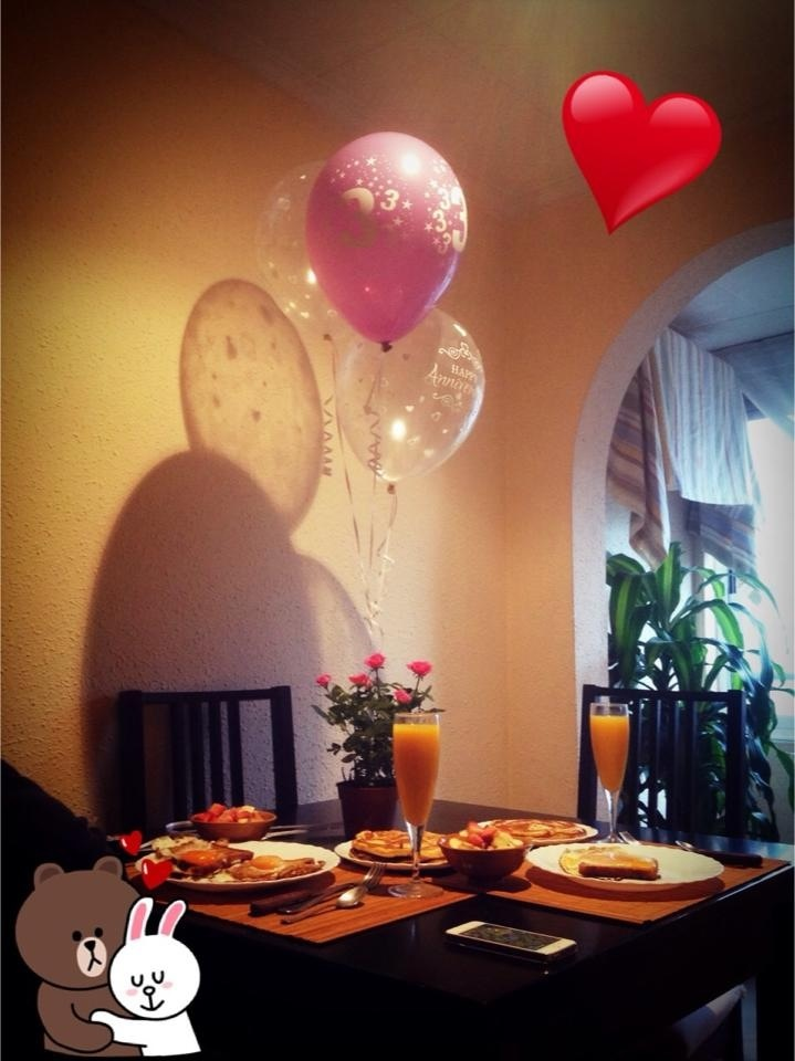 Desayuno sorpresa a lo americano 15o1 aniversario love for Ideas para decorar habitacion sorpresa