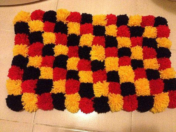 Rosso nero giallo Pom Poms tappetino da bagno tappeto di NesrinArt