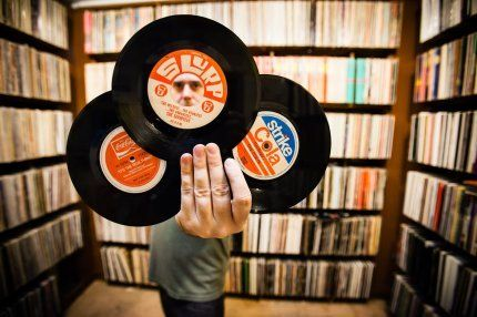 Le foto dei più grandi collezionisti di dischi al mondo - news | Loving My Records | Pinterest | Vinyl records, Record collection and Vinyl record shop
