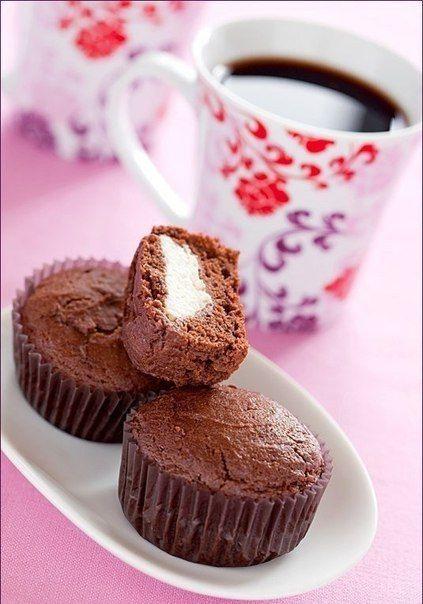 #рецепты@moe_gnezdishko <br> <br>Шоколадно - творожные кексы <br> <br>Вам потребуется: <br> <br>Начинка: <br> <br>250 г мягкого творога <br>5 ст. л. сахара <br>1 пакетик ванильного сахара <br> <br>Тесто: <br> <br>200 г муки <br>2 ч. л. разрыхлителя <br>3 ст. л. какао-порошка <br>1 яйцо <br>180 са..
