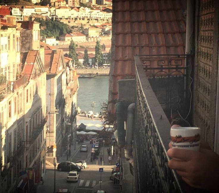 La taza viajera se encuentra en… Oporto, una ciudad capaz de enamorar a primera vista, sus barrios, sus puentes y sus callejuelas se convierten en el lugar indicado para una pequeña escapada.