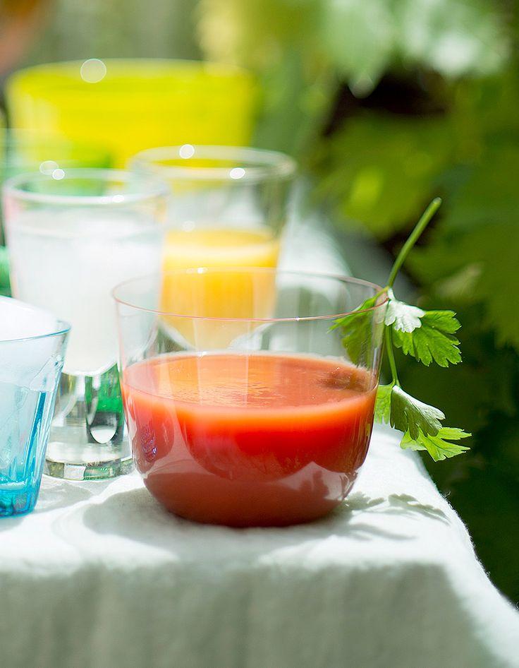 Recette Soupe glacée tomate piment : Mixez la pulpe de 1 kg de tomates mûres avec 2 cuil. à soupe d'huile d'olive, 2 de jus de tomate, piment doux ou for...