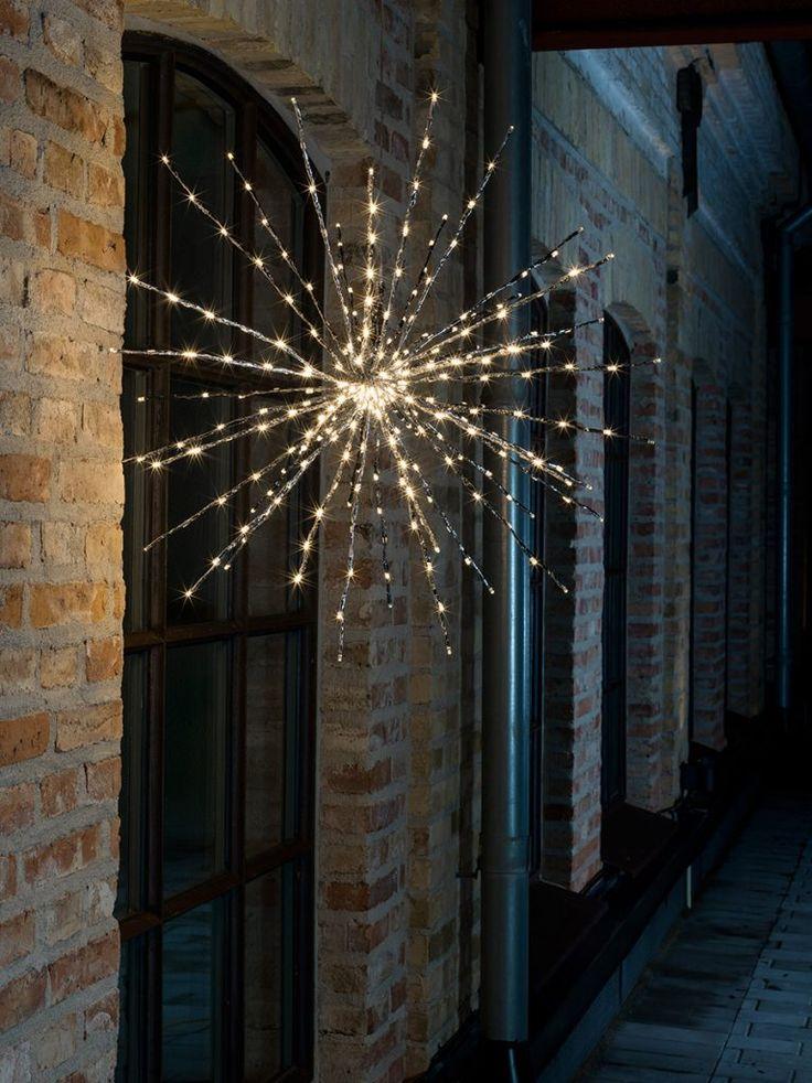 Nydelig utendørs dekorasjonsball i sølv med 24 blinkende og 256 statiske varmhvite LED fra Konstsmide. Dette vil garantert være et blikkfang du kan nyte synet av om vinteren.