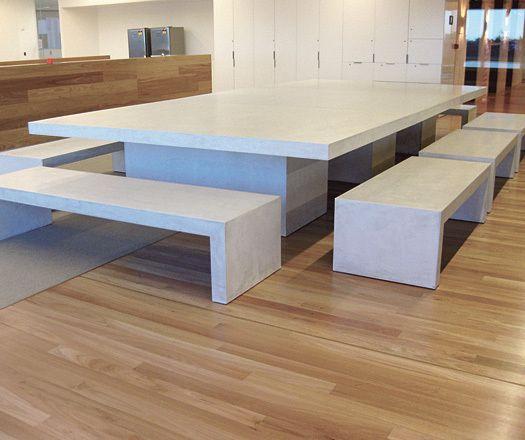Минималистский белый бетонный стол со скамейками. .