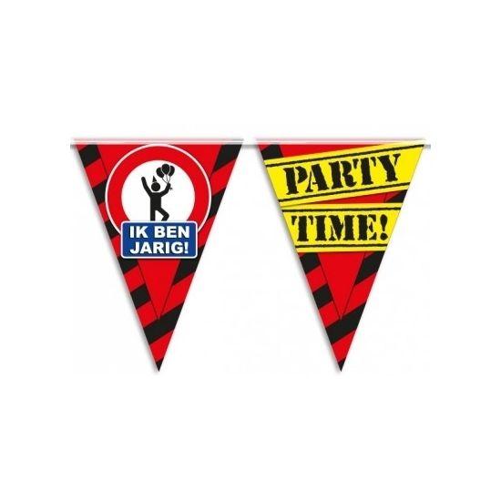 """Vlaggenlijn waarschuwingsbord 10meter met de opdruk: """" Ik ben jarig! Party time!"""" Deze vlaggenlijn heeft 8 meter aan vlaggetjes en aan beide zijden 1 meter lint. De vlaggenlijn is geschikt voor buiten. Materiaal: plastic."""