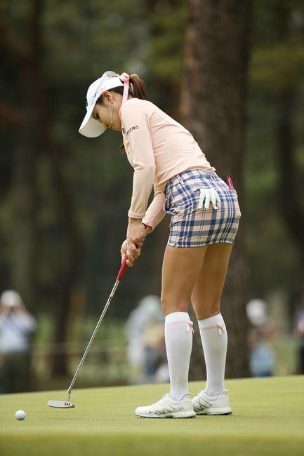 女子ゴルフのワールドレディース・サロンパス杯、17番のグリーンでパットを放つアン・シネ=茨城GC西