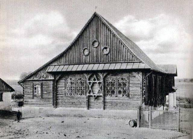 The wooden synagogue in Przedbórz (province. Lodz).