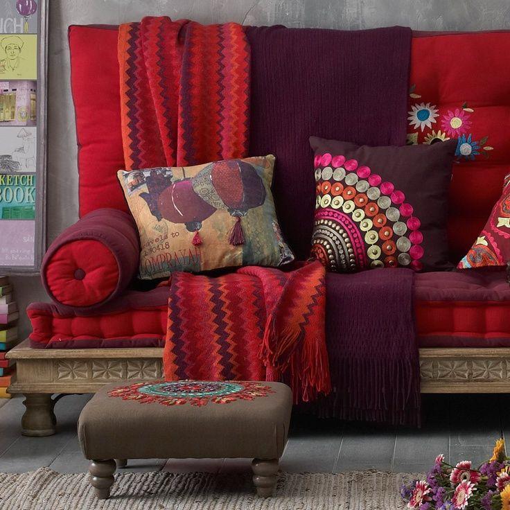 Du rouge, du prune, un peu de gris et de brun. Voilà un canapé qui ne manque pas de couleurs.