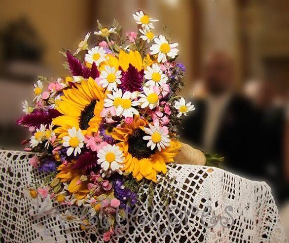 Svadobná kytica zo slnečníc a margarétok. #svadobnákytica #svadba #wedding #weddingflowers #weddingbouquet #sunflowers #daisies #slovakia #kvetyexpres
