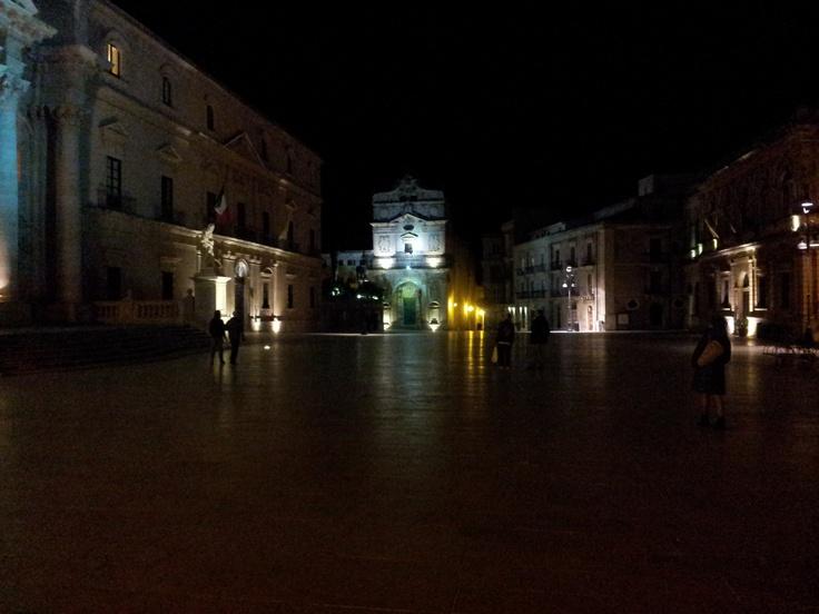 Di fronte la chiesa di Santa Lucia alla Badia che detiene Il seppellimento di Santa Lucia del Caravaggio