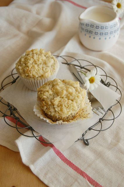 Banana poppy seed muffins with almond streusel topping by Patricia Scarpin