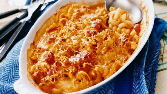 Koka pastan enligt anvisning på paketet. Stek pancetta och blanda med pastan och tomatsåsen. Skär mozzarellan i grova bitar och vänd ner. Lägg i en smord gratängform och strö över parmesan. Gratinera i ugn och servera med en god sallad. Tomatsås: Stek lök och vitlök i olivolja utan att det tar färg. Klipp tomaterna i bitar med en sax direkt ner i burken. Häll på vitt vin, vatten och tomater, låt koka 10–15 minuter. Smaka av med salt, en nypa socker, peppar.