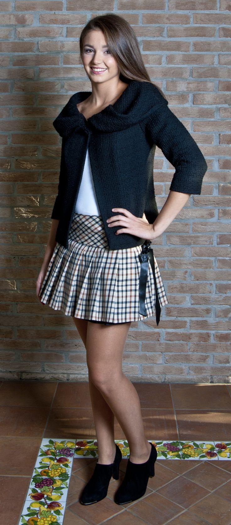 Completo sartoriale giacca stile Chanel in lana Mohair nero e gonna a pieghe tessuto Burberry...ogni capo viene realizzato a mano dalla sartoria emmej.moda e personalizzato con l'etichetta con il vostro nome...su www.mirabiliashop.com