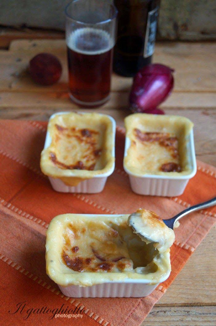 """Ed eccoci al secondo appuntamento con il """"patate comfort food""""! Si tratta di cocotte cremosissime...patate, formaggio e cipolle stufate..."""