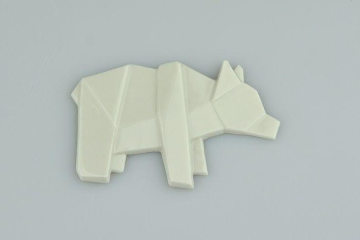 Brož MEDVĚD Origami je staré japonské umění skládání papíru. Porcelart je nové české umění skládání porcelánu. Originální porcelánové brože a náušnice. Brož o rozměru cca 6x4cm. Zapínání na brožový můstek. Orikata. Orisue.