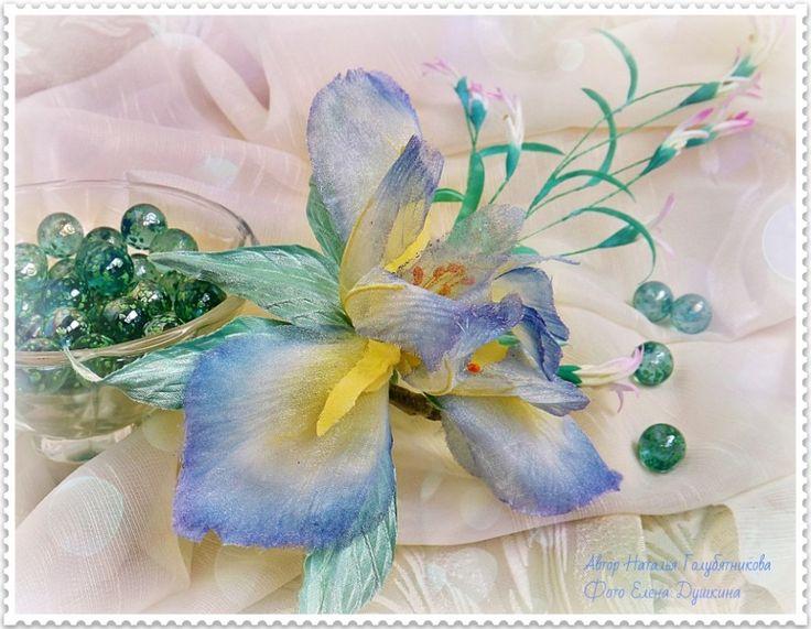 Ирис из прозрачной ткани, окрашенной вручную, станет прекрасным украшением Вашей прически или необычным украшением к платью.