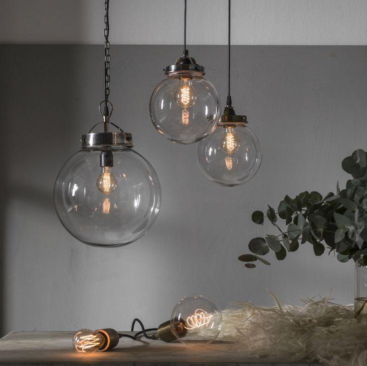 Pendellampa - glaskupol med metallfattning i färgen antikmässing.Trendig belysning - passar till både klassisk & modern inredning. För homestyling kanske?
