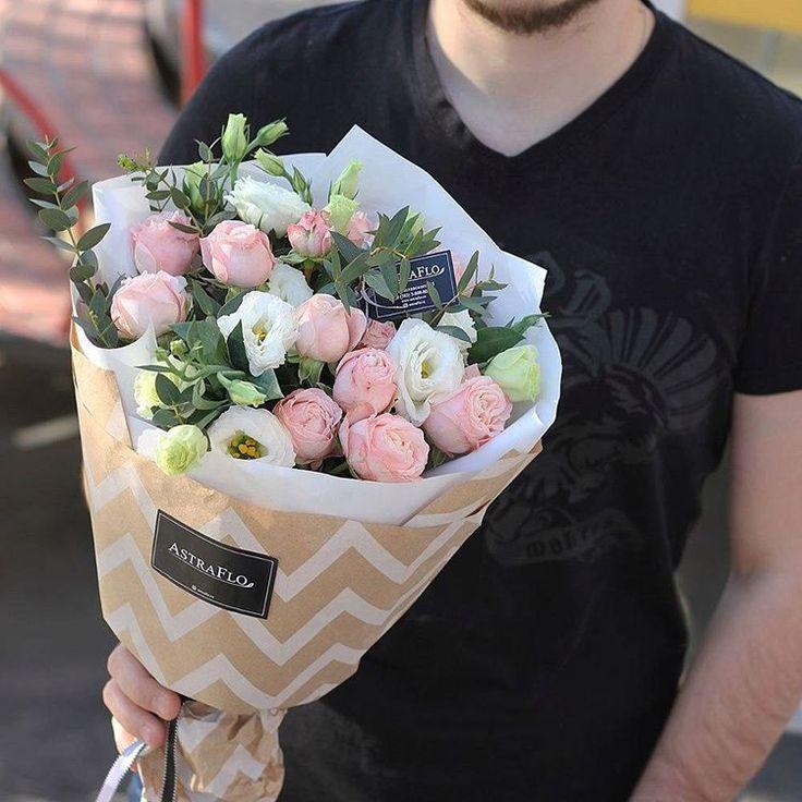СПАСИБО 1850 р.  Белые эустомы символизируют спокойствие, открытость и чистоту. Розовые розы же могут выражать несколько вещей — это отличное выражение благодарности за что-то или просто симпатии. Могут намекать на только начавшуюся влюблённость, которая ещё не успела разгореться. А могут и восхищение настоящей, глубинной элегантнстью получателя. Но ведь любой из этих поводов повод для благодарности к замечательному человеку, который его породил!  • Пиановидная роза кустовая 3 • Эустома •…