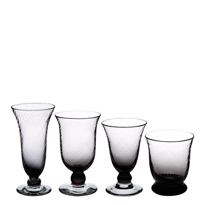 Verres Murano. Cette jolie gamme de verre à l'aspect fumé se composé de 4 modèles : verre à eau, verre à vin, flûte et gobelet. Ils seront parfaits sur un table noire et blanche.