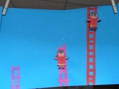 * Ladders knippen/plakken,brandweerman kleuren en met een draadje voor en achterlangs de ladder bevestigd waardoor de brandweerman daadwerkelijk naar boven en naar beneden kan klimmen!