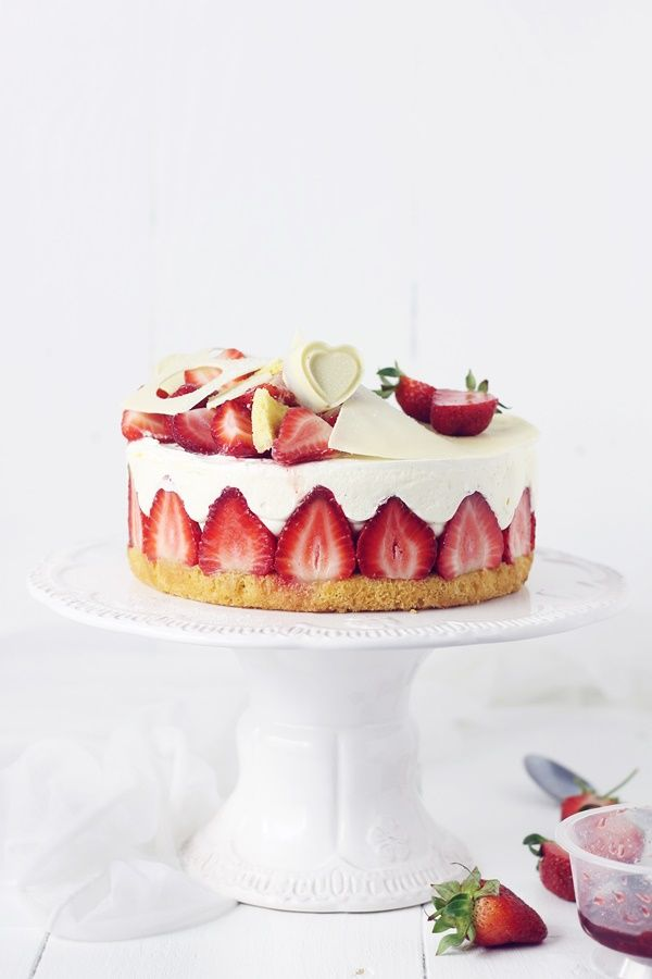 fraisier cake with vanilla cream and strawberries