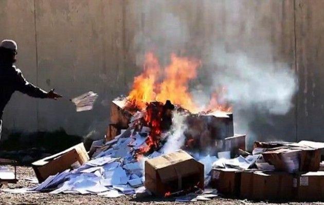 Το Ισλαμικό Κράτος έκαψε εκατοντάδες χριστιανικά βιβλία στη Μοσούλη