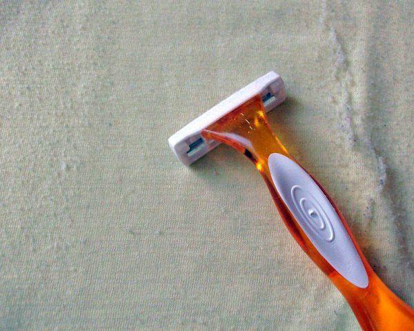 si vos pulls font des peluches et que vous en avez marre : voici une astuce qui va vous étonner ! Passez un rasoir (ceux sans savon) sur les zones abîmées et vous le retrouverez tout lisse et presque comme neuf !