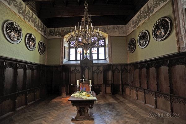 Bouzov, hall with built-in wooden seats (thrones?)