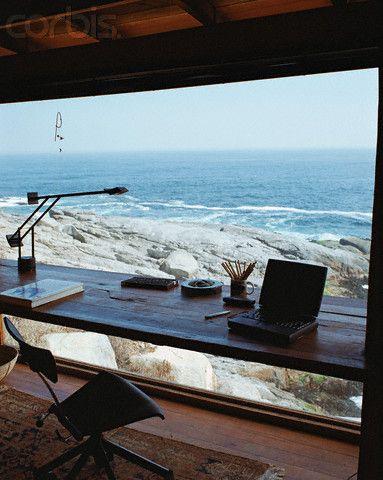 こんな景色を見ながら仕事ができたら最高。仕事どころではなくなってしまいそうな絶景オフィス。ღღ What a spot for a desk area! The view is spectacular. ~~~ Photographer: Fernando Bengoechea Location: Valparaíso Region, Chile