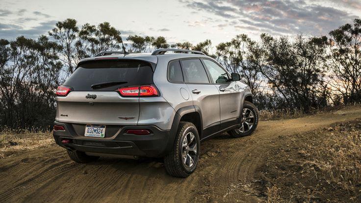2014 Jeep Cherokee Trailhawk vs. 2013 Toyota FJ Cruiser MT - AutoComparison.com