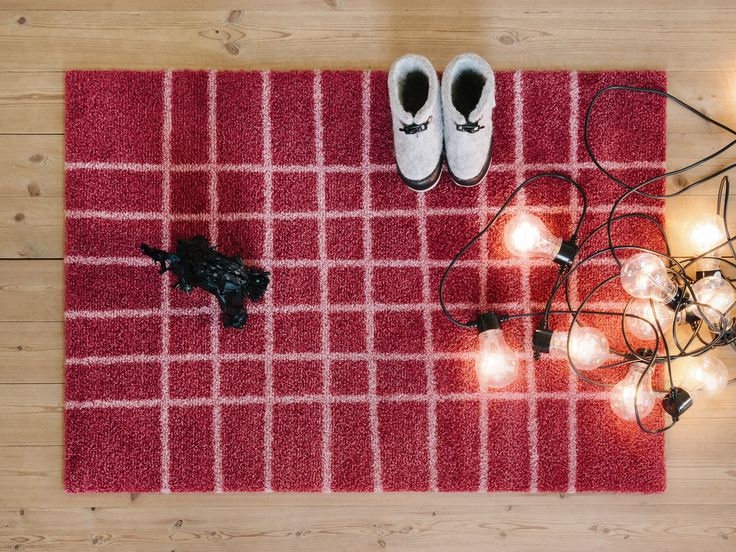 Hand Red doormat is decorated with hand-drawn lines that formes a grid which softens the strictly rectangular format.