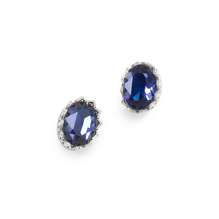 ARETE CORONA OVAL Delicados aretes de clip con cristal cortado en tonos azul y verde bañados en rodio. Combínalos con el collar código 316032.