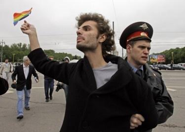 """MOSCU, Rusia / 21 de enero.  AP * Por besar a su novio en público durante una protesta frente al Parlamento de Rusia, Pavel Samburov fue detenido 30 horas y se le impuso una multa equivalente a 16 dólares, acusado de """"vandalismo"""", pero si el país promulga una nueva ley contra los gays, la Policía rusa podría considerar un beso de este tipo como """"propaganda homosexual"""" ilegal, lo que conllevaría una multa equivalente a 16.000 dólares.  gays rusos"""